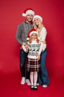 Pełny długość portret uśmiechnięta rodzina z dzieckiem