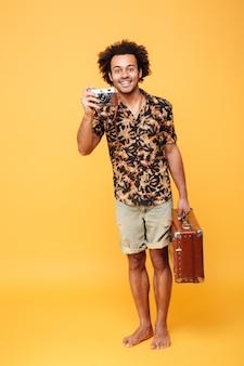 Pełny długość portret uśmiechnięty afrykański mężczyzna turysta