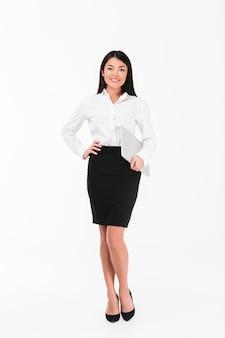 Pełny długość portret uśmiechnięty azjatykci bizneswoman