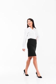 Pełny długość portret uśmiechnięty azjatykci bizneswomanu odprowadzenie