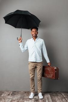 Pełny długość portret uśmiechnięty młody afrykański mężczyzna