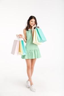 Pełny długość portret zadowolona dziewczyna w sukni