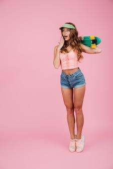 Pełny długość portret zdziwiona kobieta w letnich ubraniach