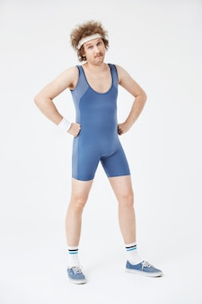 Pełny długość strzał sportowy mężczyzna w retro odzieży