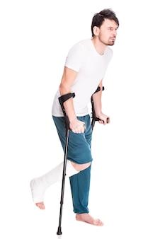Pełny długość widok młody człowiek z złamaną nogą.