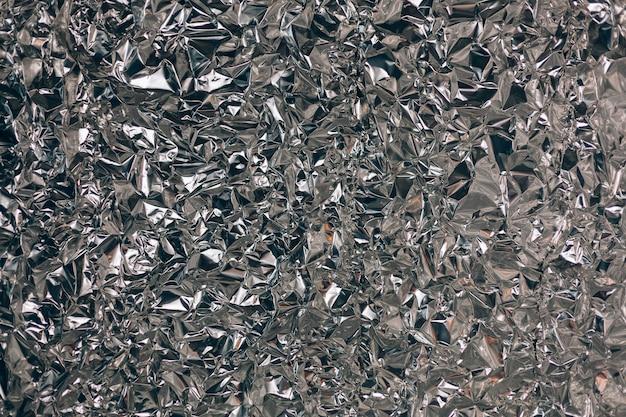 Pełny kadr w postaci zmiętej srebrnej folii aluminiowej