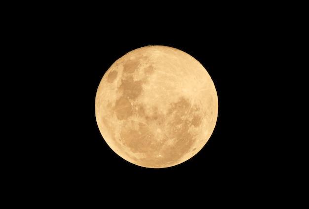 Pełny księżyc krwi w ciemną noc