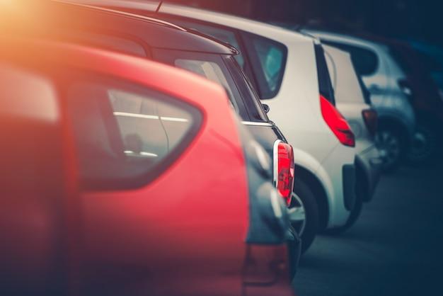 Pełny parking samochodowy dla samochodów