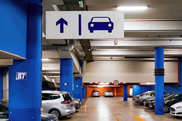 Pełny parking samochodowy w centrum handlowym