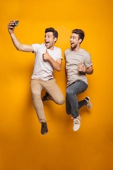 Pełny portret dwóch podekscytowanych młodych mężczyzn