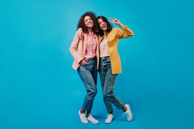 Pełny portret dwóch stylowych kobiet