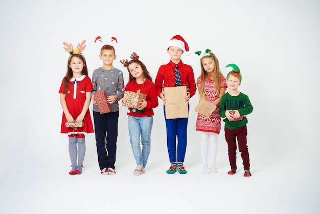 Pełny portret dzieci z prezentem na boże narodzenie