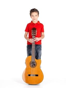 Pełny portret kaukaski chłopca z gitarą akustyczną - na białym tle