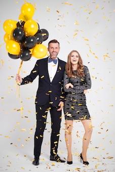 Pełny portret obejmujący para z balonem na imprezie