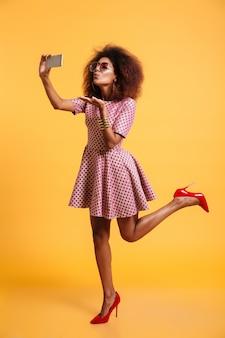 Pełny portret pięknej uroczej afro amerykańskiej kobiety