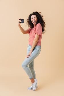 Pełny portret podekscytowanej młodej kobiety