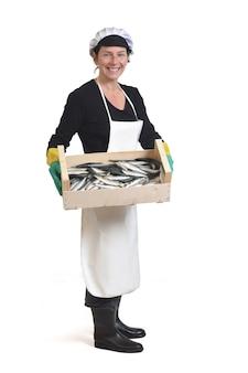 Pełny portret sprzedawcy ryb z pudełkiem sardynek na białym tle