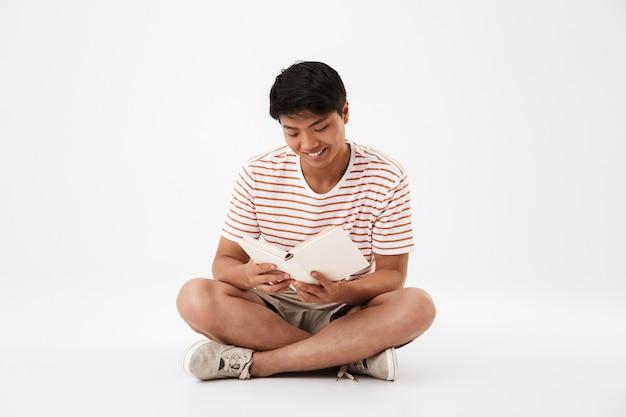 Pełny portret szczęśliwego młodego mężczyzny azjatyckiego