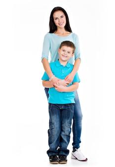 Pełny portret szczęśliwej młodej matki z synem. na białym tle