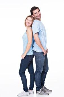 Pełny portret szczęśliwej pary na białym tle