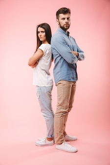 Pełny portret zdenerwowanej młodej pary