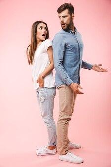 Pełny portret zdezorientowanej młodej pary