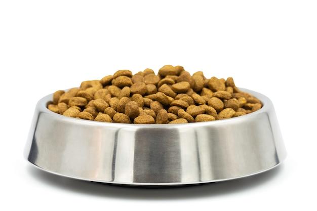 Pełny puchar psa jedzenie na białym tle