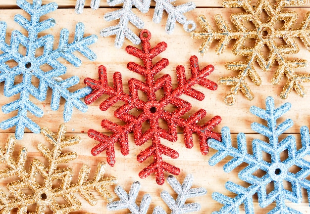 Pełny ramowy płatka śniegu tło na drewnianym