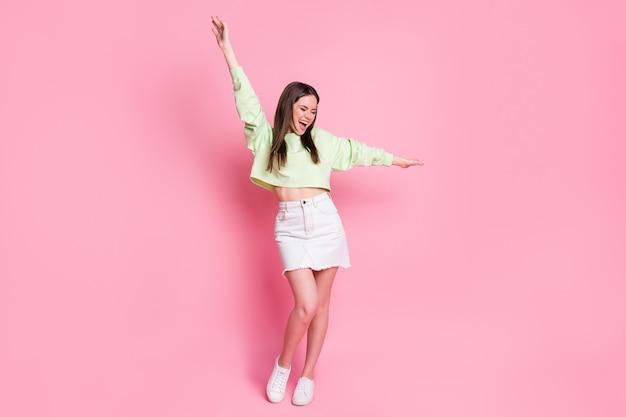 Pełny rozmiar zdjęcia szalonej szczerej śmiesznej dziewczyny funky cieszyć się tańcem dyskoteka podnosić ręce krzyczeć nosić dobry wygląd sweter na białym tle nad pastelowym kolorem tła