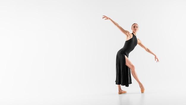 Pełny strzał baleriny tańczy z miejsca na kopię