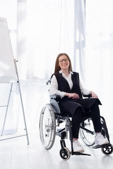 Pełny strzał buźkę kobieta na wózku inwalidzkim