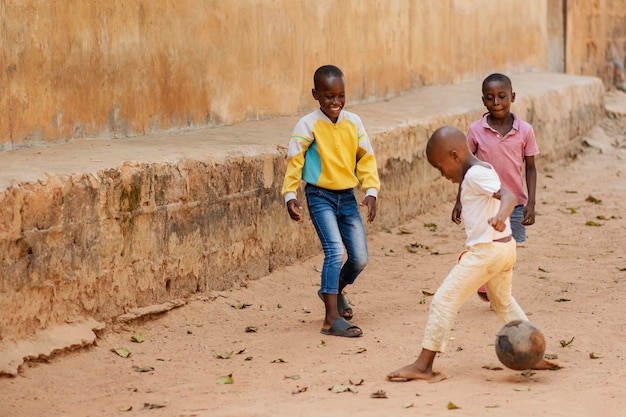 Pełny strzał chłopców grających w piłkę