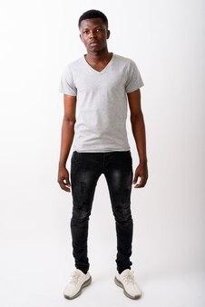 Pełny strzał ciała młodego czarnego afrykańskiego mężczyzny stojącego