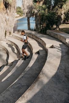 Pełny strzał człowieka biegnącego po schodach