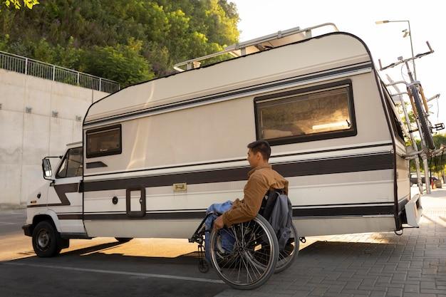 Pełny strzał człowieka na wózku inwalidzkim na zewnątrz