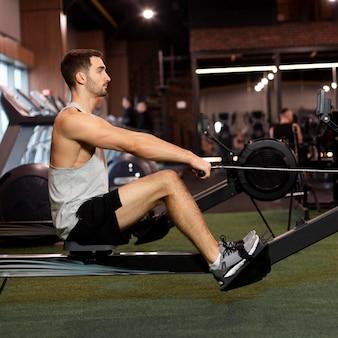Pełny strzał człowieka treningu na siłowni