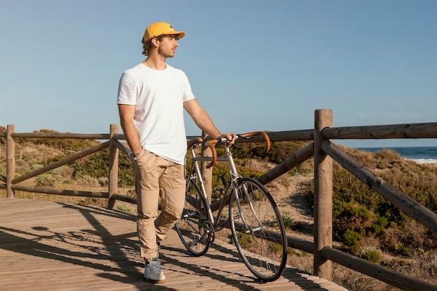 Pełny strzał człowieka trzymającego rower