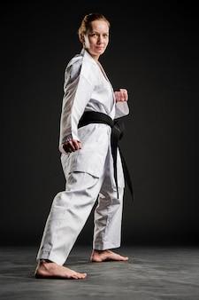 Pełny strzał dysponowana karate kobieta