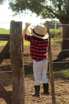 Pełny strzał dzieciak w kapeluszu