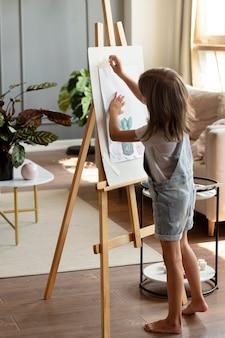 Pełny strzał dzieciak z malowaniem