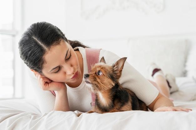 Pełny strzał dziewczyna i pies w łóżku