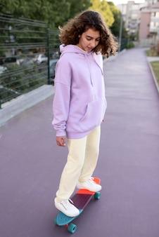 Pełny strzał dziewczyna na łyżwach