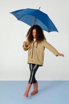Pełny strzał dziewczyna pozuje z parasolem