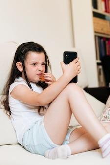 Pełny strzał dziewczyna robi gderliwej twarzy dla fotografii