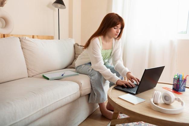 Pełny strzał dziewczyna ucząca się online