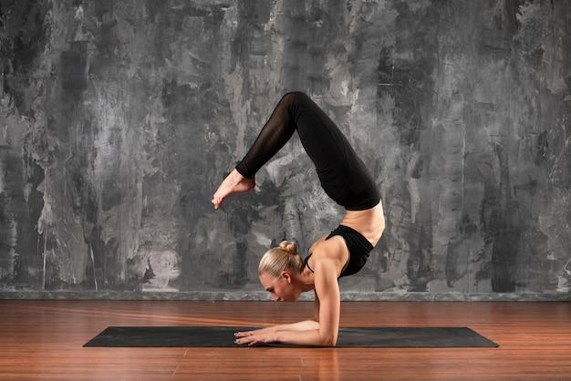 Pełny strzał elastyczna kobieta ćwiczeń