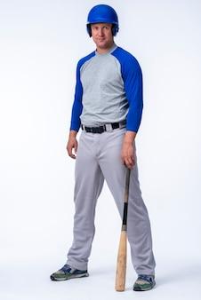 Pełny strzał gracza baseballa z nietoperzem
