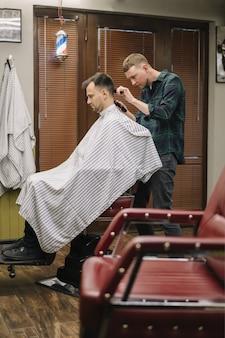 Pełny strzał hairstilyst daje fryzurę