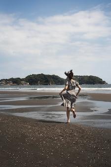 Pełny strzał japońskiej kobiety biega