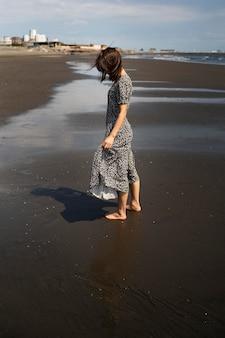Pełny strzał japońskiej kobiety na plaży?